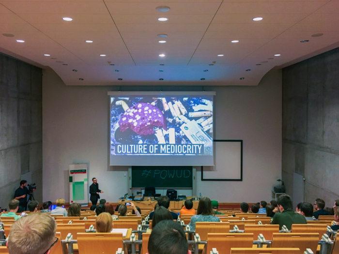 Wojtek Kutyła prezentujący na World Usability Day w Poznaniu