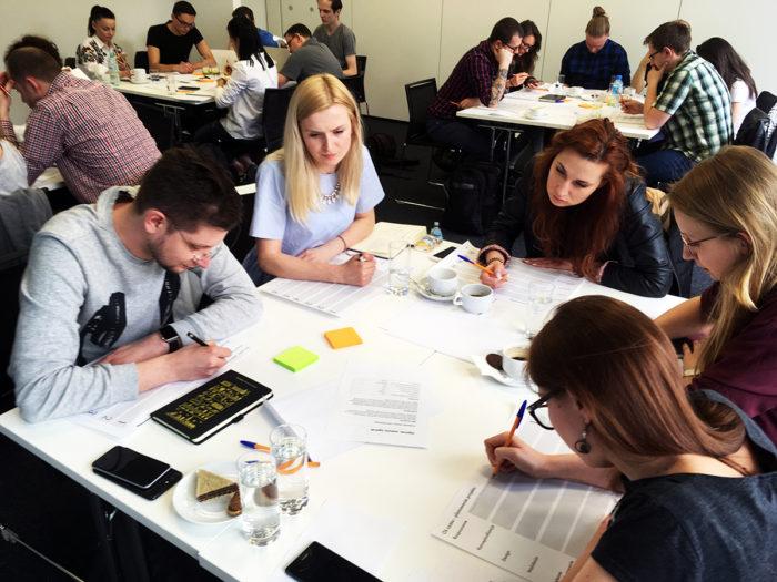 Uczestnicy warsztatów UX w praktyce przy pracy