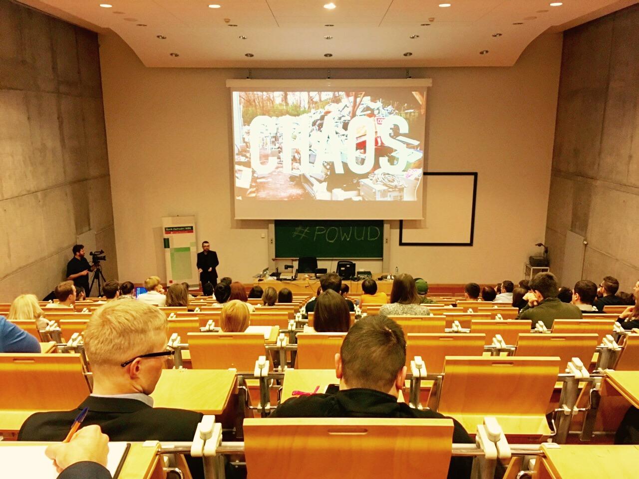 Wojtek Kutyla prezentujący na sali World Usability Day w Poznaniu