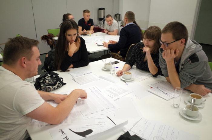 Uczestnicy warsztatów UX w praktyce w czasie wykonywania zadania grupowego