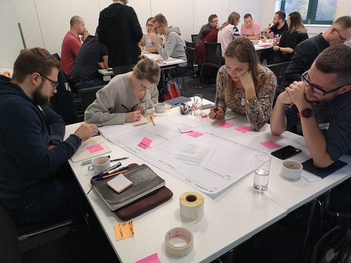 Grupa pracująca nad planem warsztatów