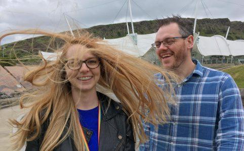 Anya Braun z rozwianymi włosami i Chris Gibbons, roześmiany po uszy. Fotografia z konferencji UX Scotland 2018.
