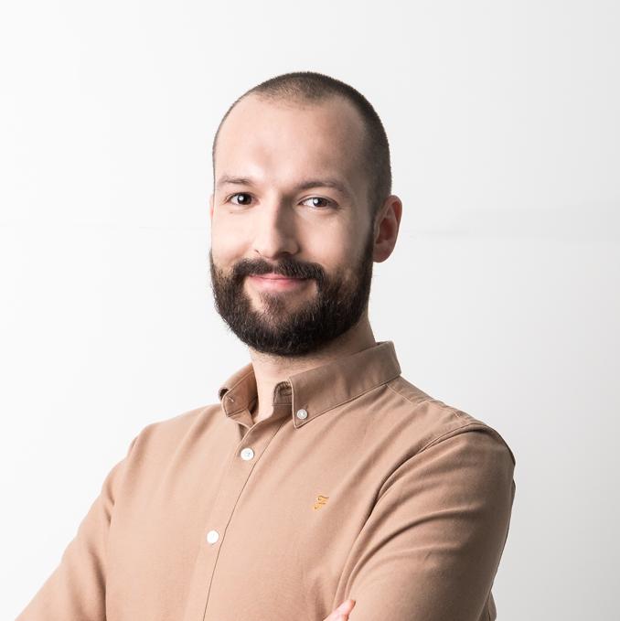 Portret Michała Mazura. Michał patry prosto w obiektyw kamery.