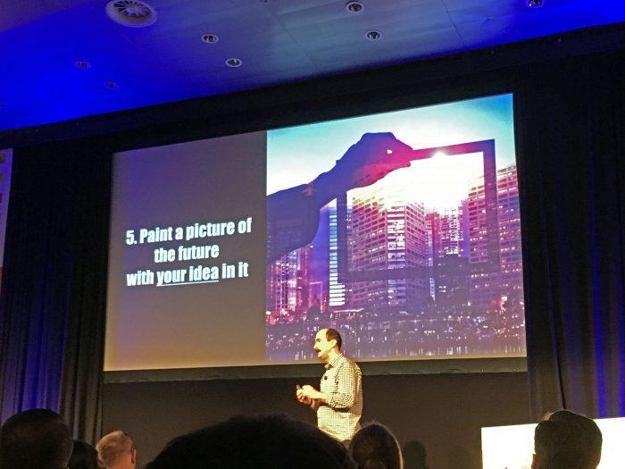 Tom Kelley z IDEO prezentuje na konferencji UX Lisbon