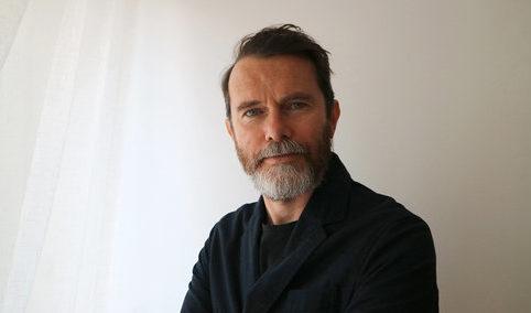 Portret Joe MacLeoda, autora książki Ends